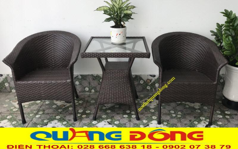 Mẫu bàn 2 ghế nhỏ gọn phù hợp với những không gian khiêm tốn như ban công, hành lang