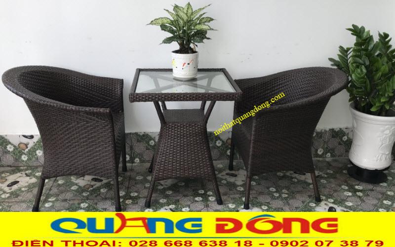 Bàn ghế giả mây QD-074 gam màu nâu giả gỗ trung tính phù hợp với không gian quán cafe, khu resort