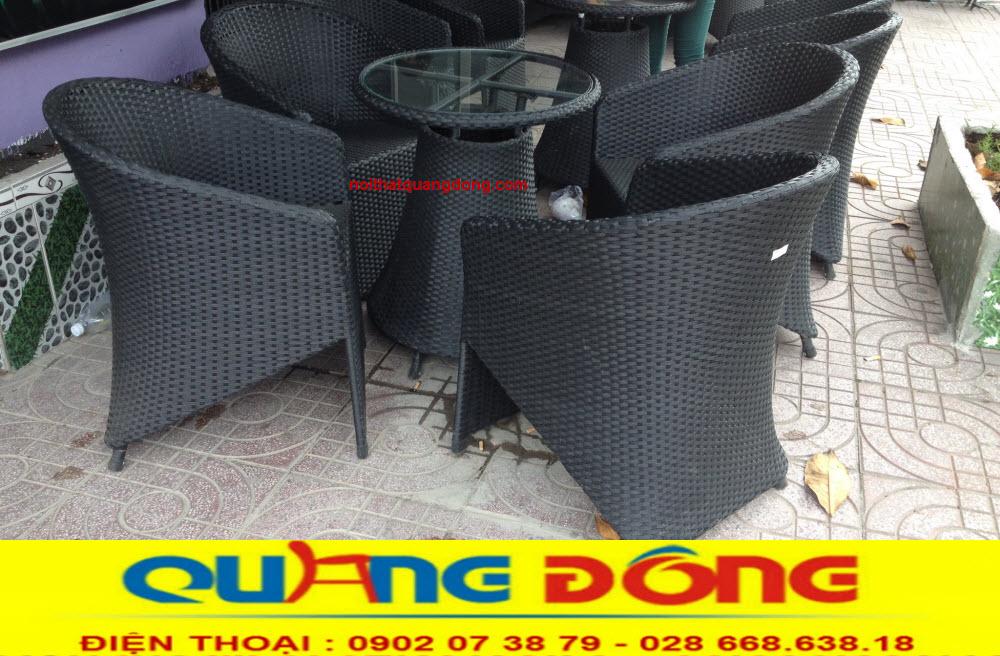 mẫu bàn ghế giả mây QD-098 sử dụng màu đen cũng khá đẹp
