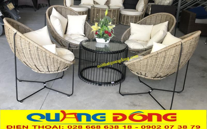 Bộ bàn ghế giả mây QD-2045 sản xuất cung cấp tại công ty tnhh Nội Thất Quang Đông, sản phẩm sử dụng cho cả nội thất và ngoại thất sân vườn ngoài trời