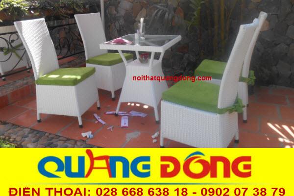 Gam màu trắng tinh khiết của bộ bàn ghế giả mây QD-209 được kết hợp với nệm ngồi màu xanh lá tạo cảm giác mát mẻ, cho mùa hè oi bức