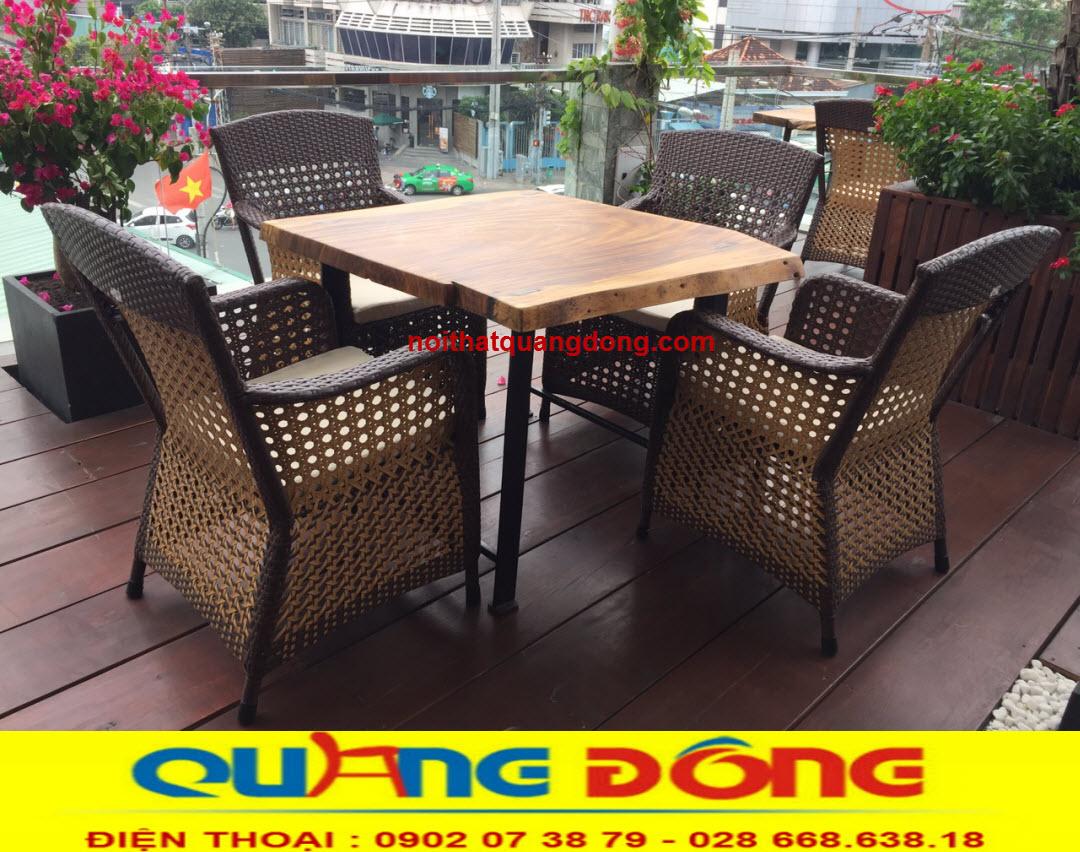Bàn ghế sân vườn sử dụng màu nâu, màu của cát bụi rất gần gũi với thiên nhiên, bộ bàn ghế giả mây QD-267