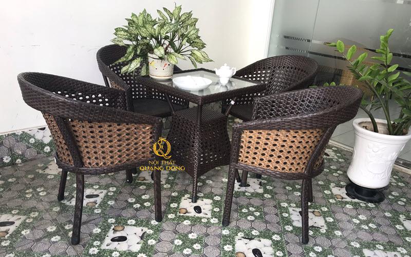 Bộ bàn ghế giả mây QD-274 đan mắt cáo siêu bền rất căng chắc, êm thoáng hơn những mẫu ghế giả mây thông thường sản phẩm dùng cho cả nội và ngoại thất sân vườn