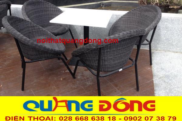 Kiểu dáng tròn hình chiếc nón, Bộ bàn ghế giả mây QD-304 được sử dụng sợi nhựa tròn chắc chắn tính thẩm mỹ cao đẹp cho mọi góc nhìn