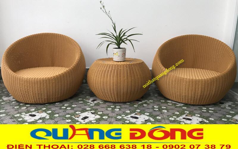 Bộ bàn ghế nhựa giả mây QD-306 sử dụng 2 ghế 1 bàn, sản phẩm được đan sợi mây nhựa tròn 3,5ly có hoạt chất kháng UV tia cực tím