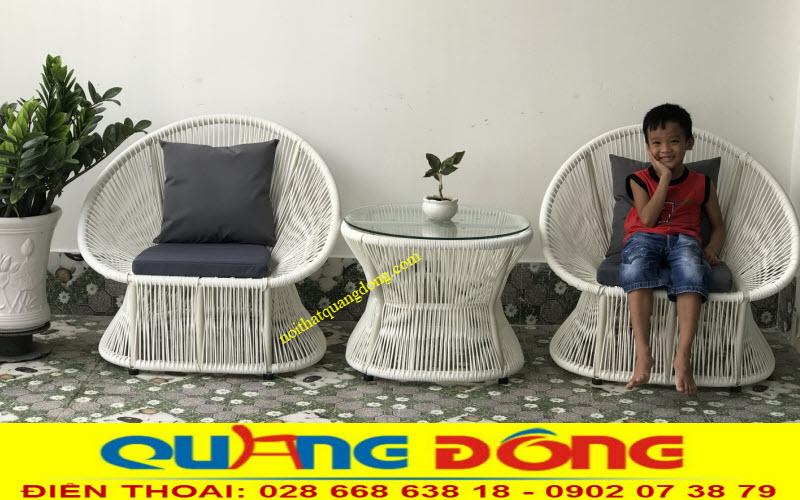 Bộ bàn ghế giả mây ngoài trời QD-307 đan sợi mây nhựa bản tròn 5 ly cao cấp chịu mưa nắng nhờ hoạt chất kháng Uv tai cực tím