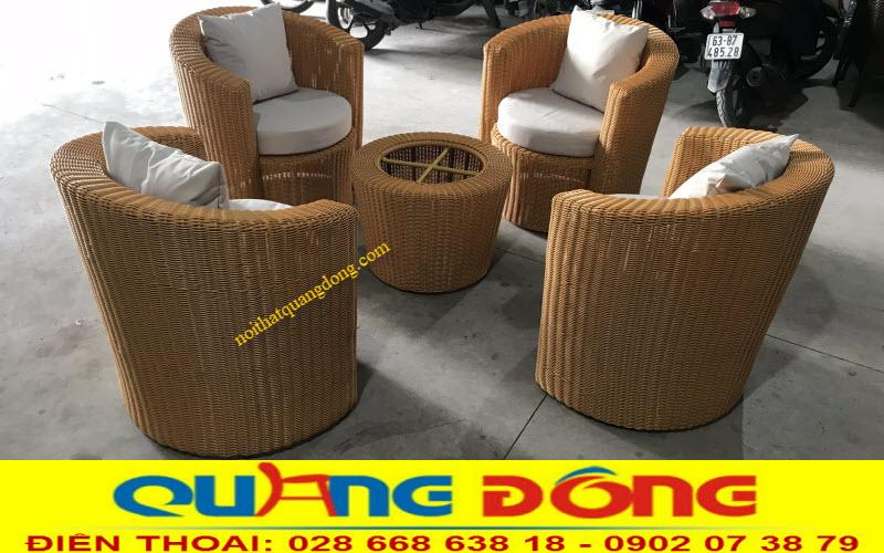 Bộ bàn ghế giả mây QD-319 đan sợi mây nhựa bản tròn 3,5 ly tone màu vàng honey cực dễ thương, dùng được cho cả nội và ngoại thất sân vườn