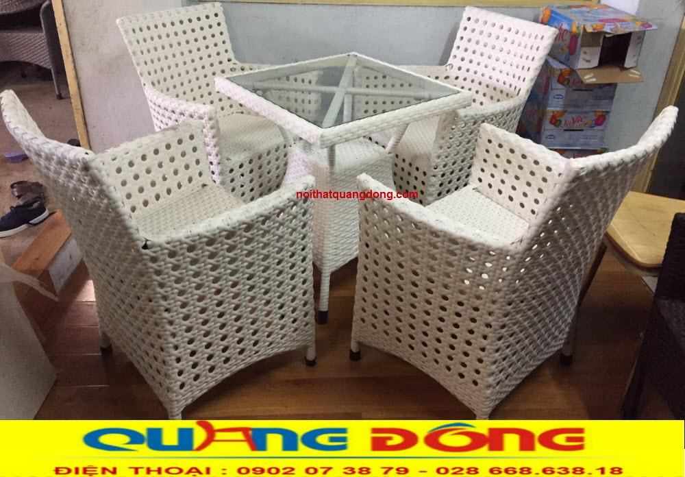 Bàn ghế giả mây QD-333 đan mắt cáo bền đẹp, với gam màu trắng tươi sáng tạo cho không gian sang trọng