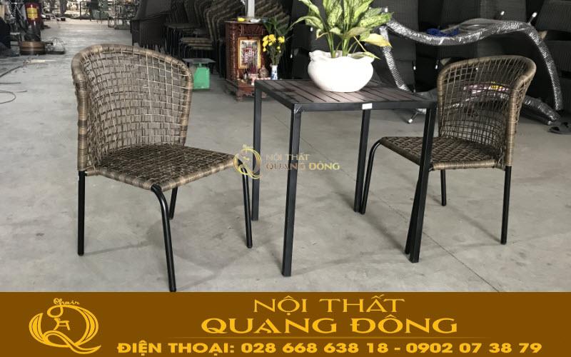 Bộ bàn 2 ghế gon thoáng phù hợp cho những không gian khiêm tốn như ban công sân thượng