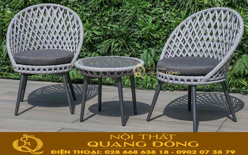 Mẫu ghế giả mây QD-341 gồm 2 ghế 1 bàn, góp phần cho ban công ngoài trời sân vườn thêm sang trọng hơn tiên nghi hơn