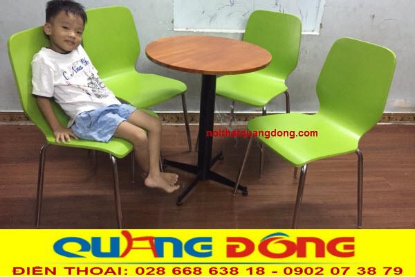 Bàn ghế gỗ chân inox QD-012 sơn màu xanh cốm tạo cảm giác mát mẻ cho không gian của bạn
