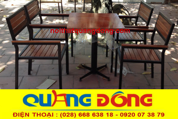 bộ bàn ghế gỗ khung sắt QD-01 được làm phần khung bằng thép sơn tĩnh điện , mê ngồi và lưng tựa bằng gỗ chàm tự nhiên sơn PU vàng bảo vệ bề mặt