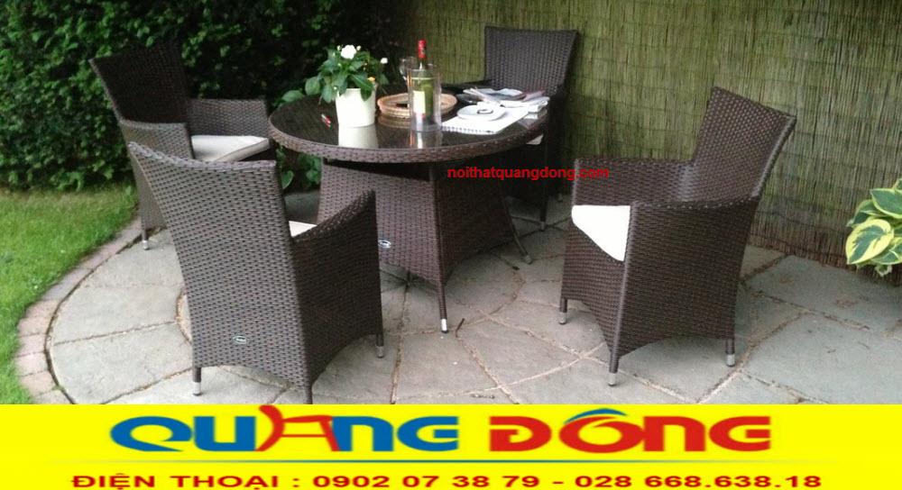 Màu nâu socola đậm khá phù hợp với sân vườn ngoài trời , bộ bàn ghế QD-064 khá phù hợp với quán cafe sân vườn