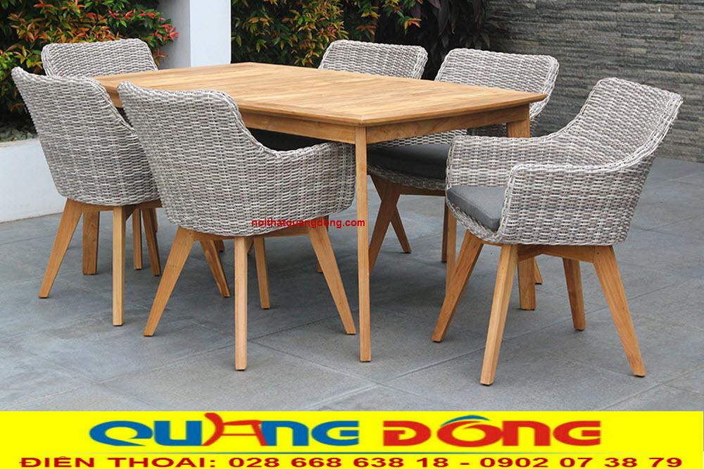 Bàn ghế giả mây QD-2041 được sư rdungj khung gỗ tự nhiên chắc chắn bền đẹp, dùng được cho cả nội và ngoại thất sân vườn
