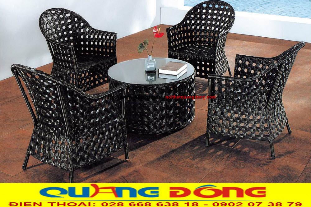 Là mẫu ghế giả mây được dùng kiểu đan mắt cáo vừa bền đẹp lại rất êm thoáng, nên bộ bàn ghế giả mây QD-2043 được nhiều quán cafe cao cấp, khu resort sang trọng sử dụng