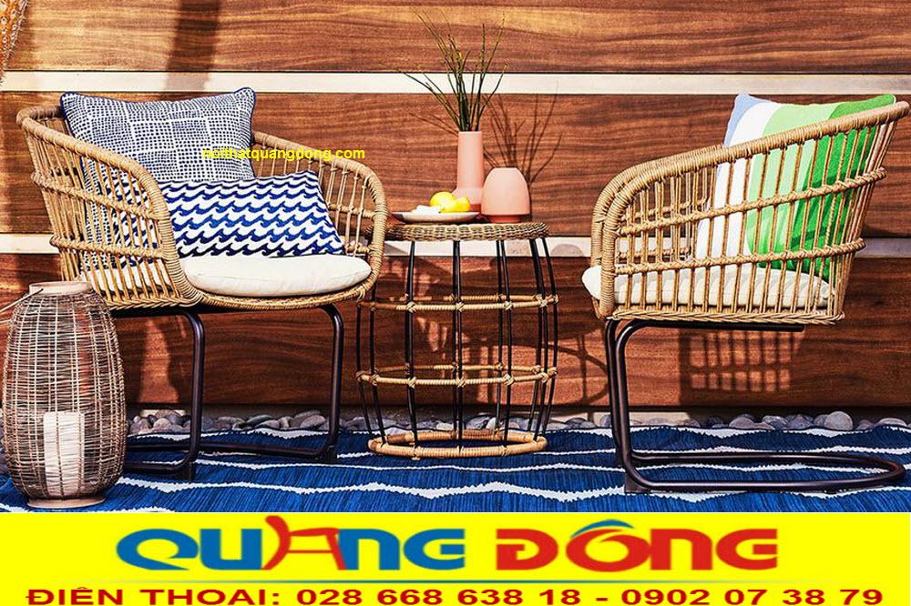 Bộ bàn ghế giả mây QD-2061 được làm bằng sợi nhựa tròn bản 5 ly rất bền đẹp, màu sắc giống hệt so với mây tre đan tự nhiên