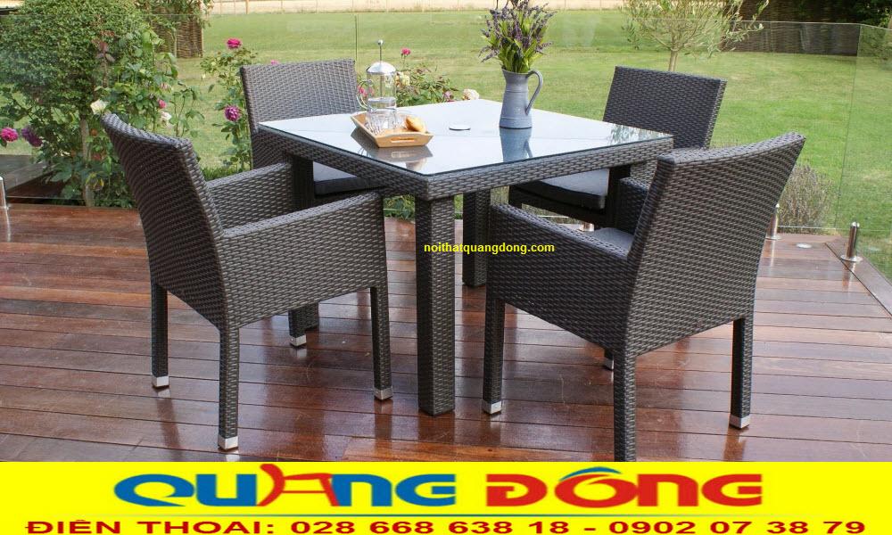 Mẫu bàn ghế giả mây được thiết kế vuông vức vô cùng chắc chắn tạo điểm nhấn đẹp cho ngoại thất sân vườn