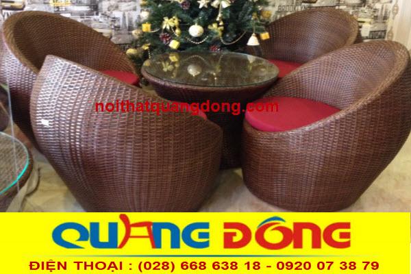 bàn ghế giả mây QD-211 được thiết kế kiểu dáng đẹp độc lạ,phom lớn bền đẹp có nệm 5cm thích hợp cho phòng lạnh quán cafe