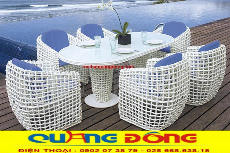 Không gian ngoại thất khu vực hồ bơi thêm sang trọng với mẫu bàn ghế giả mây QD-369 màu trắng