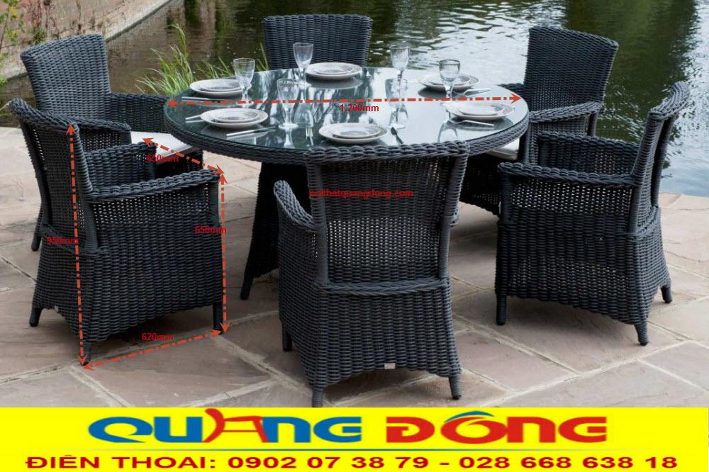 bàn ghế giả mây QD-382 được sản xuất tại nội thất quang đông với khung thép vững chắc, đan sợi nhựa giả mây bàn tròn có phụ gia kháng UV tia cực tím, chịu mưa nắng chuyên dụng cho sân vườn ngoài trời