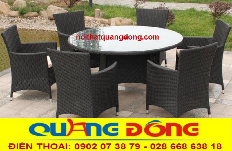 sử dụng 6 ghế và 1 chiếc bàn tròn uốn lượn tạo điểm nhấn, bộ bàn ghế giả mây QD-393 màu đen bàn tròn vật dụng tuyệt vời cho ngoại thất