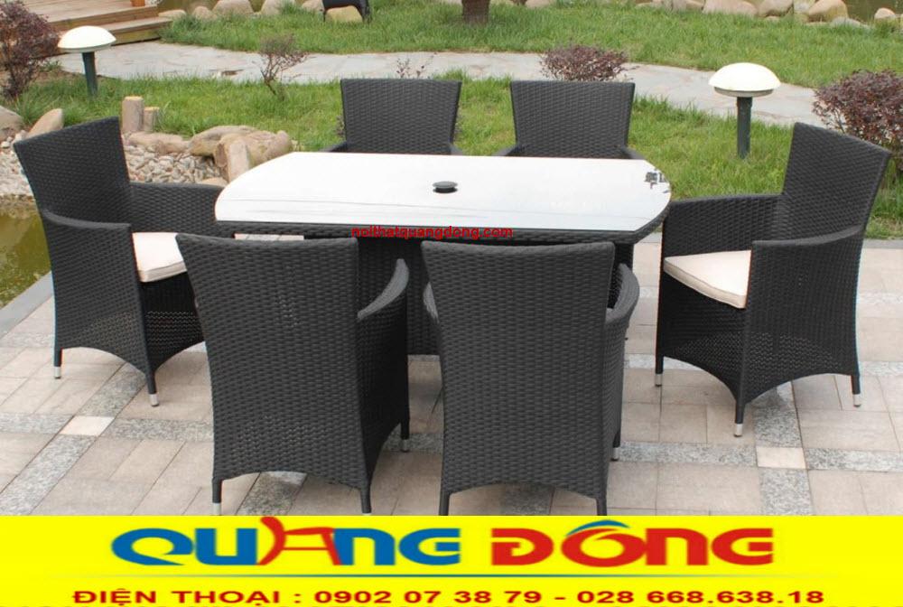 Bàn ghế giả mây QD-393 gam màu đen mạnh mẽ tạo điểm nhấn ấn tượng cho sân vườn ngoài trời.
