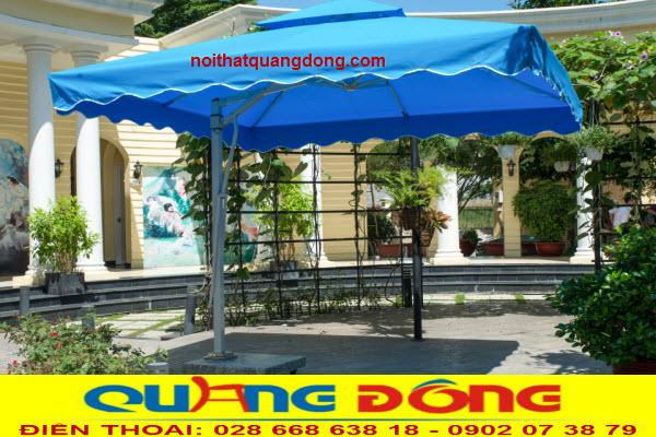 Ô dù lệch tâm vuông 3 mét thiết kế chắc chắn, diện tích che nắng rộng, tạo không gian mát mẻ cho quán cafe, khu vực hồ bơi