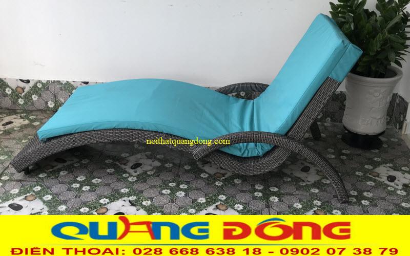 Ghế nằm hồ bơi giả mây QD-590 màu xám sử dụng nệm lót màu xanh biển mát mẻ tạo điểm nhấn đẹp