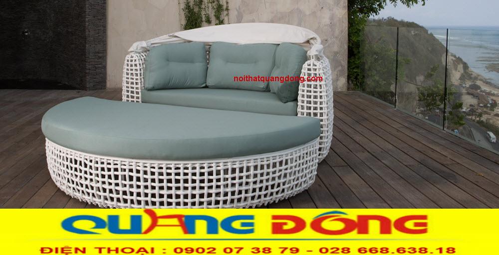 Gam màu trắng tinh khôi của mẫu giường tắm nắng QD-520 làm nổi bật không gian ngoại thất