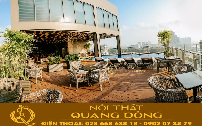 Mẫu bàn ghế giả mây đan sợi tròn QD-315 của Nội Thất Quang Đông tại sân thượng Northern charm Hotel