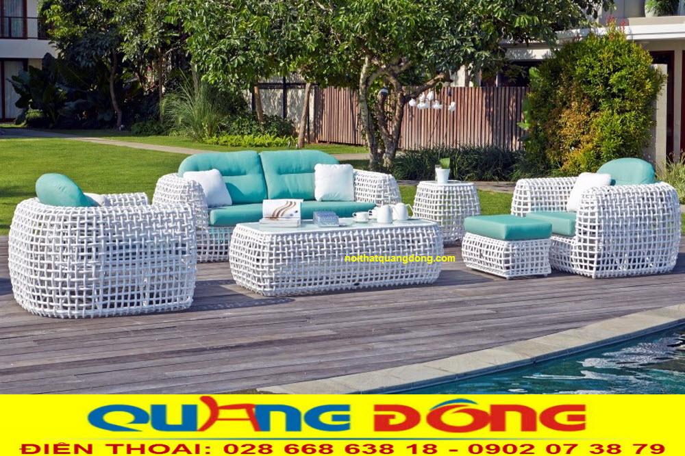 Bộ bàn ghế giả mây QD-650 gam màu trắng tinh khiết, làm nổi bật không gian ngoại thất, khu vực hồ bơi