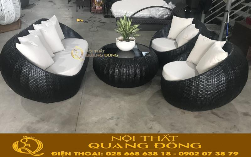 Bộ sofa giả mây QD-653 đan sợi mây nhựa màu đen, đi kèm là nệm màu trắng tạo điểm nhấn nổi bật