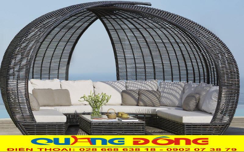 Mẫu sofa nhựa giả mây đan thủ công mỹ nghệ được thiết kế mái vòm độc lạ dùng cho sân vườn ngoài trời