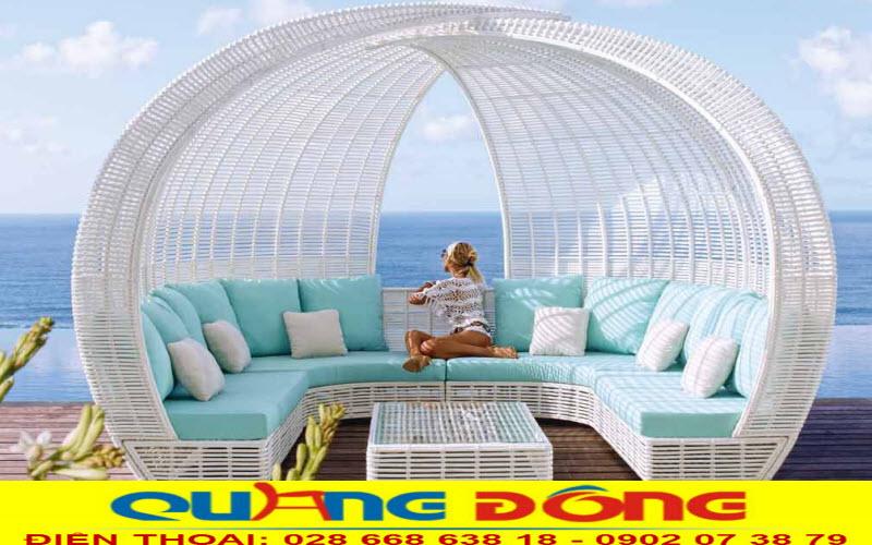 Mẫu sofa ngoài trời bằng mây nhựa đan thủ công mỹ nghệ được thiết kế mái vòm lạ mắt, ấn tượng nổi bật không gian ngoại thất